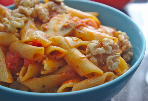 Makaron w sosie pomidorowym z orzechami włoskimi