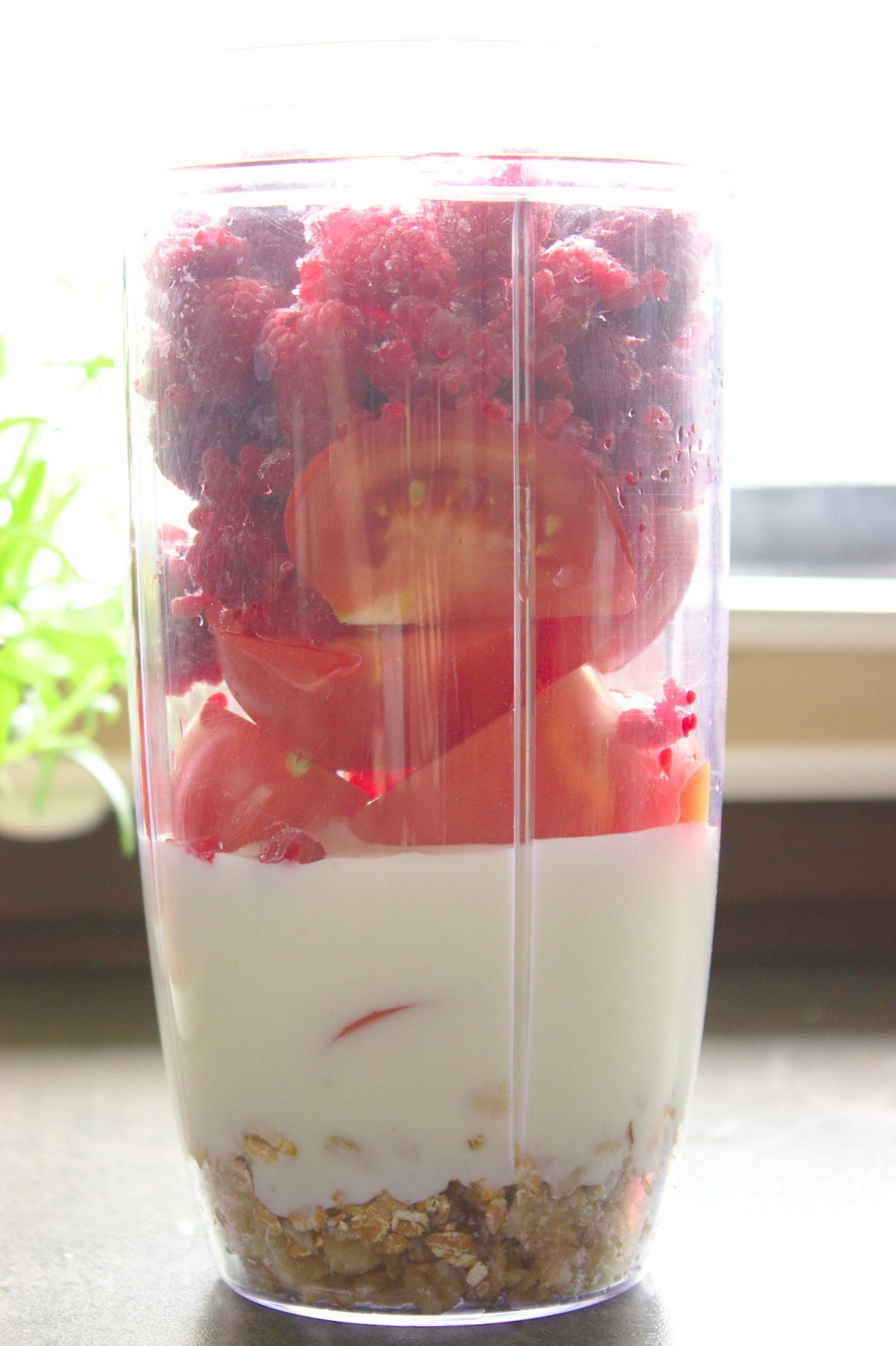 Energetyczny koktajl malinowo-pomidorowy z płatkami owsianymi