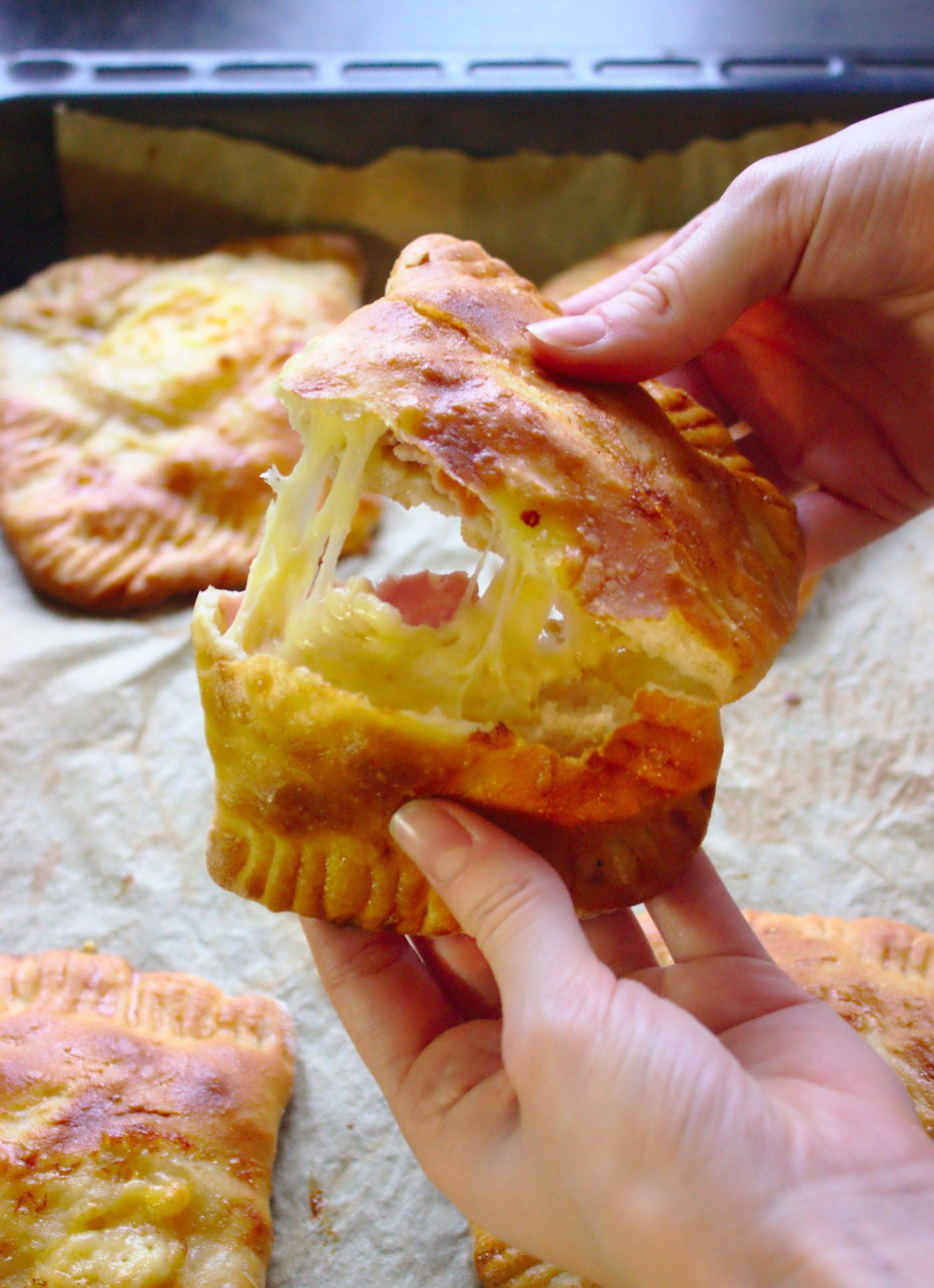 Drożdżowe kieszonki z serem i szynką