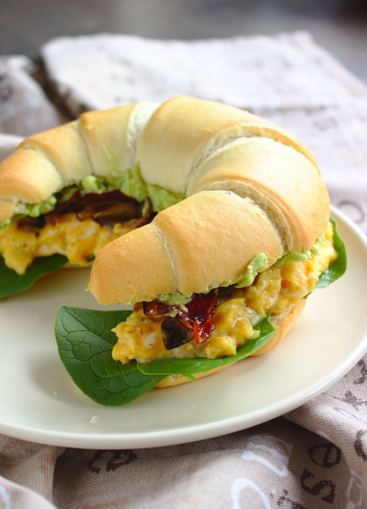 Kanapki śniadaniowe z jajecznicą, bekonem i guacamole