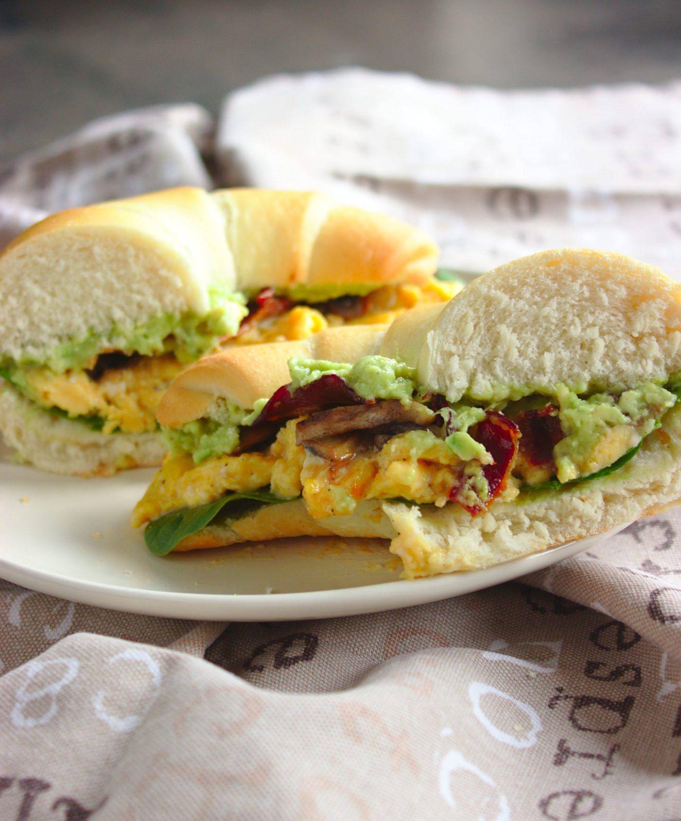 kanapki-sniadaniowe-z-jajecznica-bekonem-i-guacamole (2)