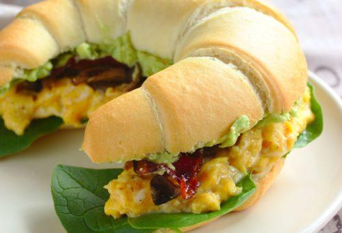Kanapki śniadaniowe z jajecznicą bekonem i guacamole