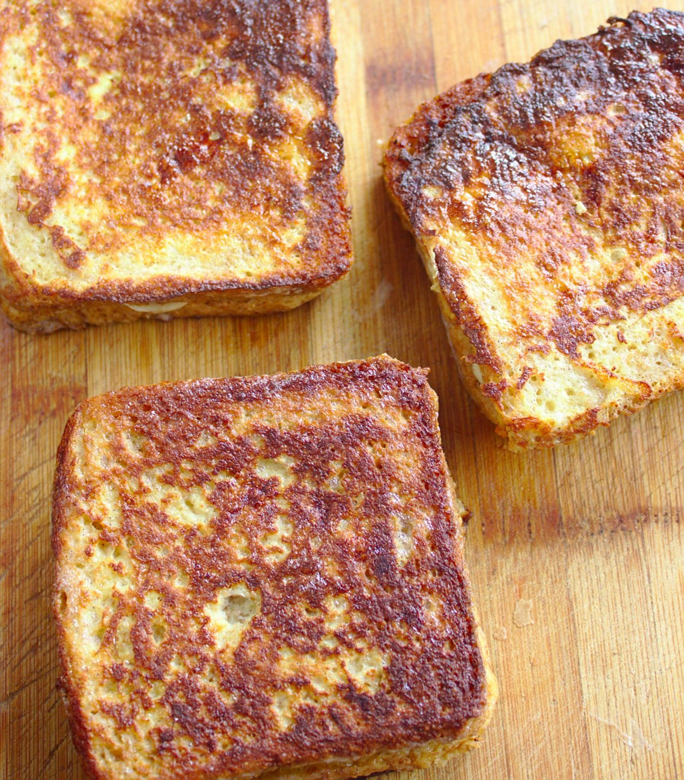 tosty-francuskie-z-maslem-orzechowym-i-bananami