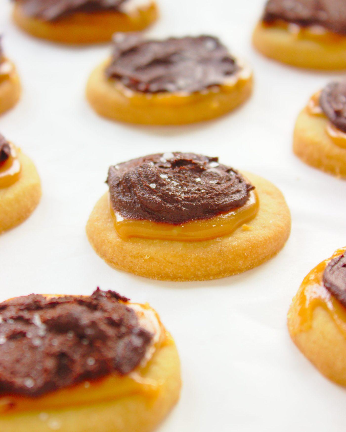 Kruche ciasteczka Twix z czekoladą i karmelem