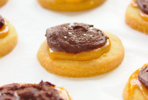 kruche ciasteczka twix z czekolada i karmelem
