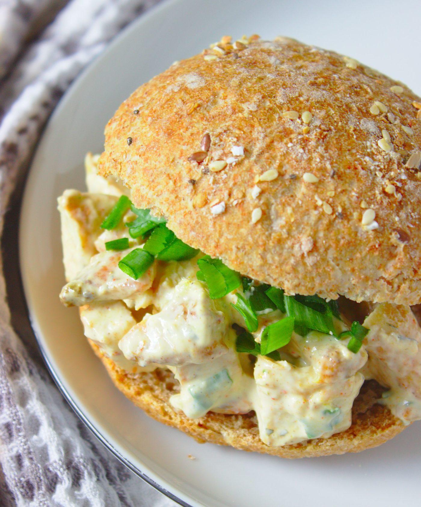 szybka-salatka-kanapkowa-z-kurczakiem-curry-i-pistacjami