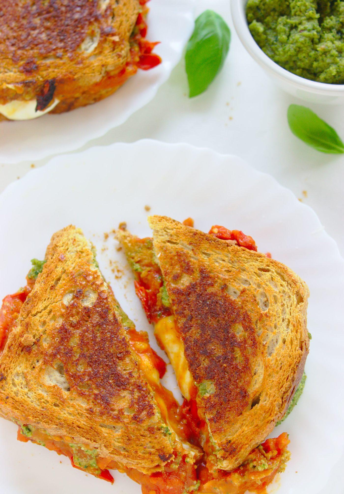 kanapka caprese z orzechowym pesto