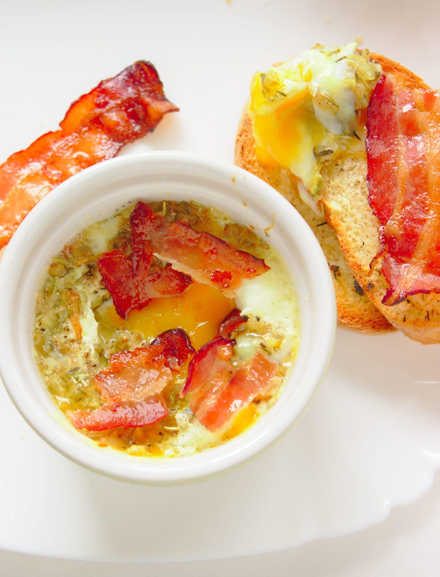 Zapiekane jajka z parmezanem i ziołami