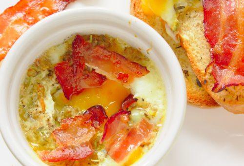 zapiekane jajka z piekarnika z parmezanem i ziołami