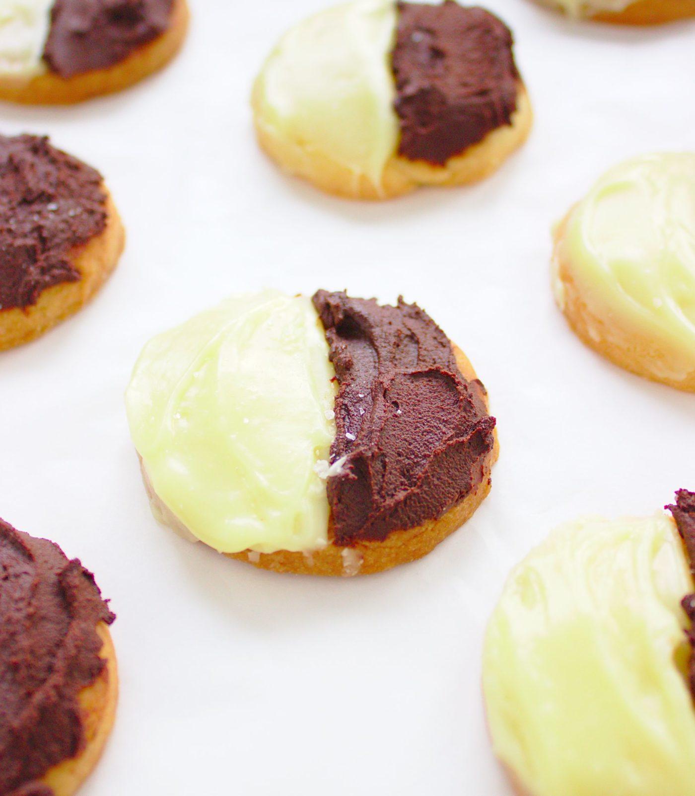 Kruche ciasteczka maślane z czekoladą mleczną i białą Black&White