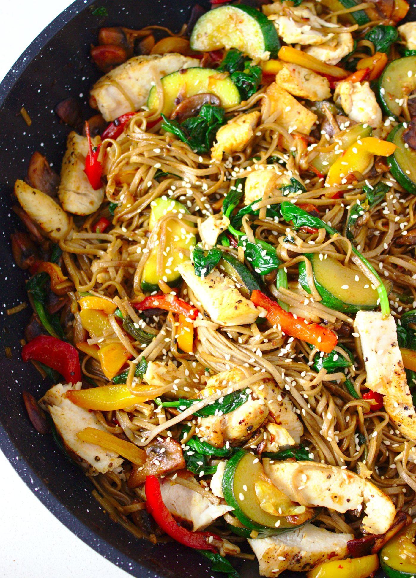 Makaron stir-fry z kurczakiem i warzywami w sosie sojowym. Pomysł na makaron