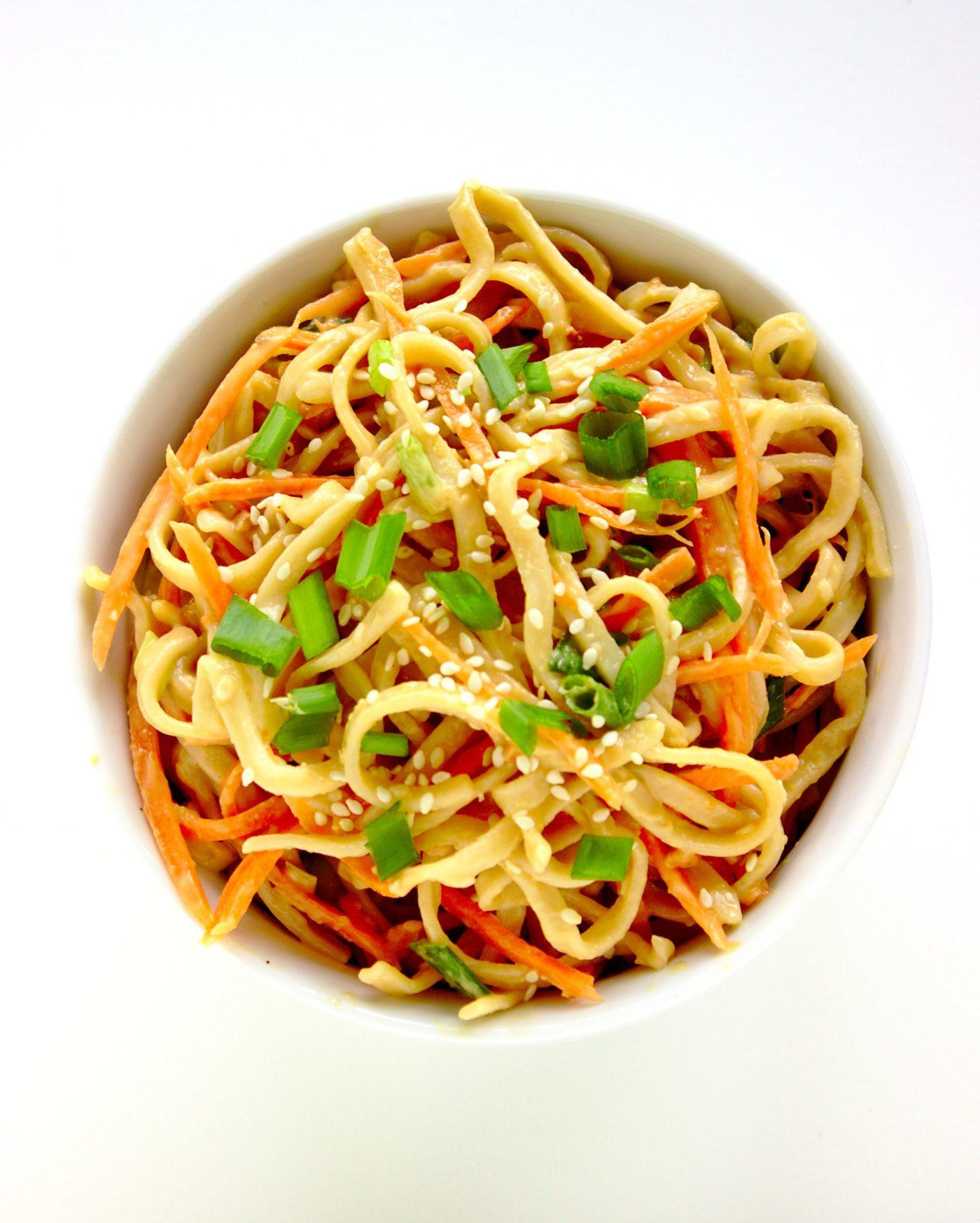 15- minutowa Wegańska sałatka z makaronem chow mein i masłem orzechowym