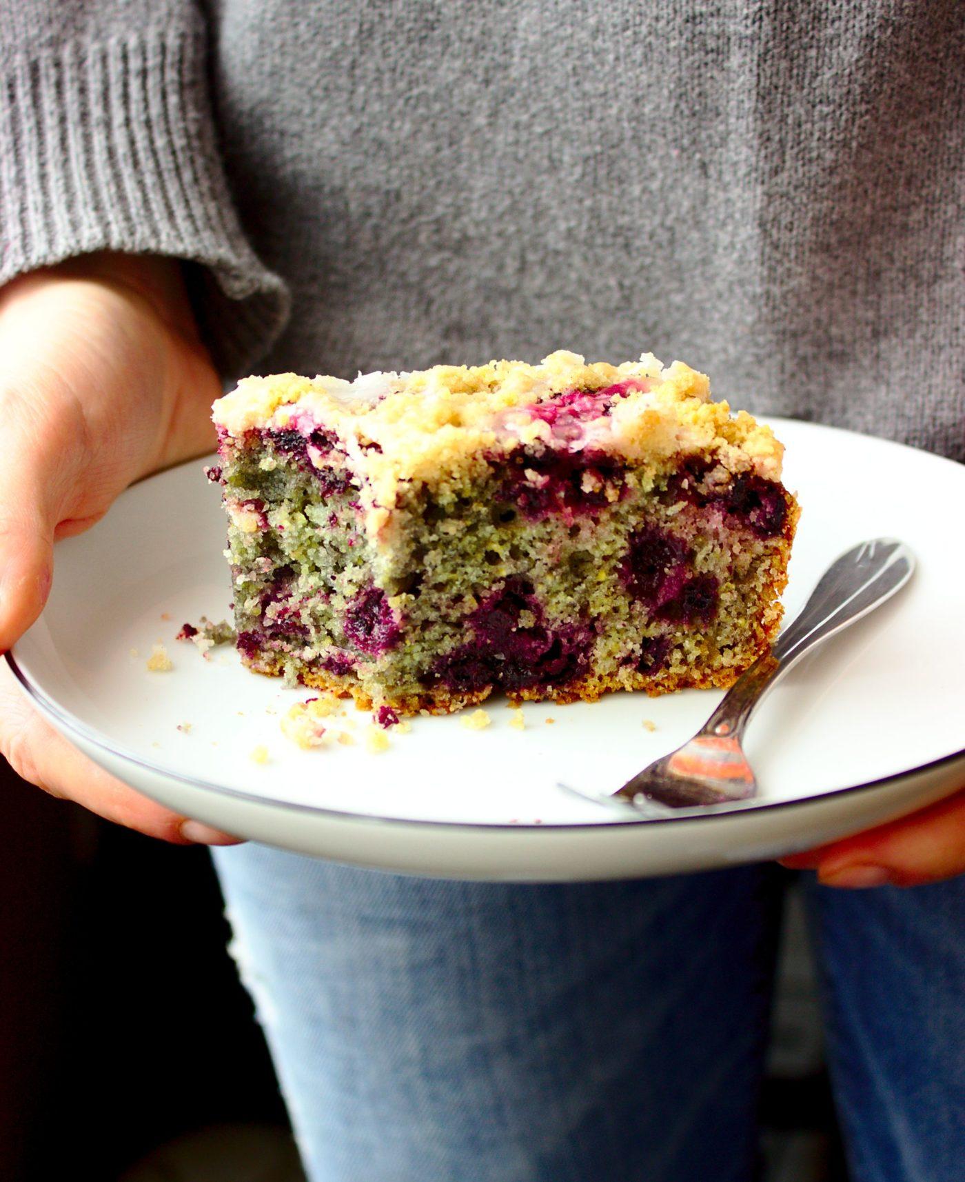 Bardzo łatwe i wilgotne ciasto kukurydziane z jagodami, polewą cytrynową i kruszonką. Najlepsze ciasto do kawy.