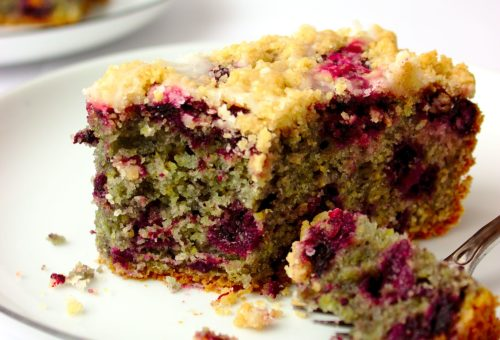 Bardzo łatwe i wilgotne ciasto kukurydziane z jagodami i polewą cytrynową. Najlepsze ciasto do kawy.