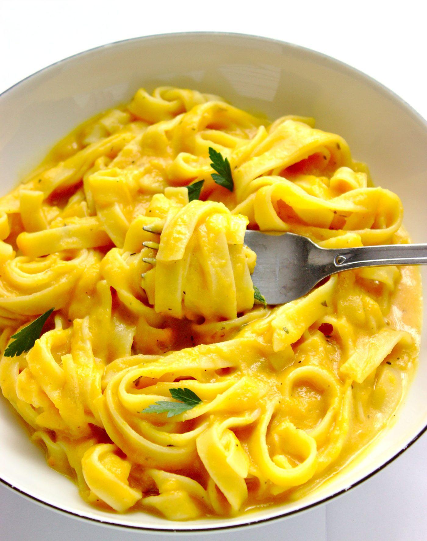 Makaron tagliatelle w sosie z pieczonych batatów to zdrowy wegetariański obiad. Pomysł na makaron