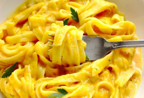 Makaron tagliatelle w sosie z pieczonych batatów to zdrowy wegetariański obiad.