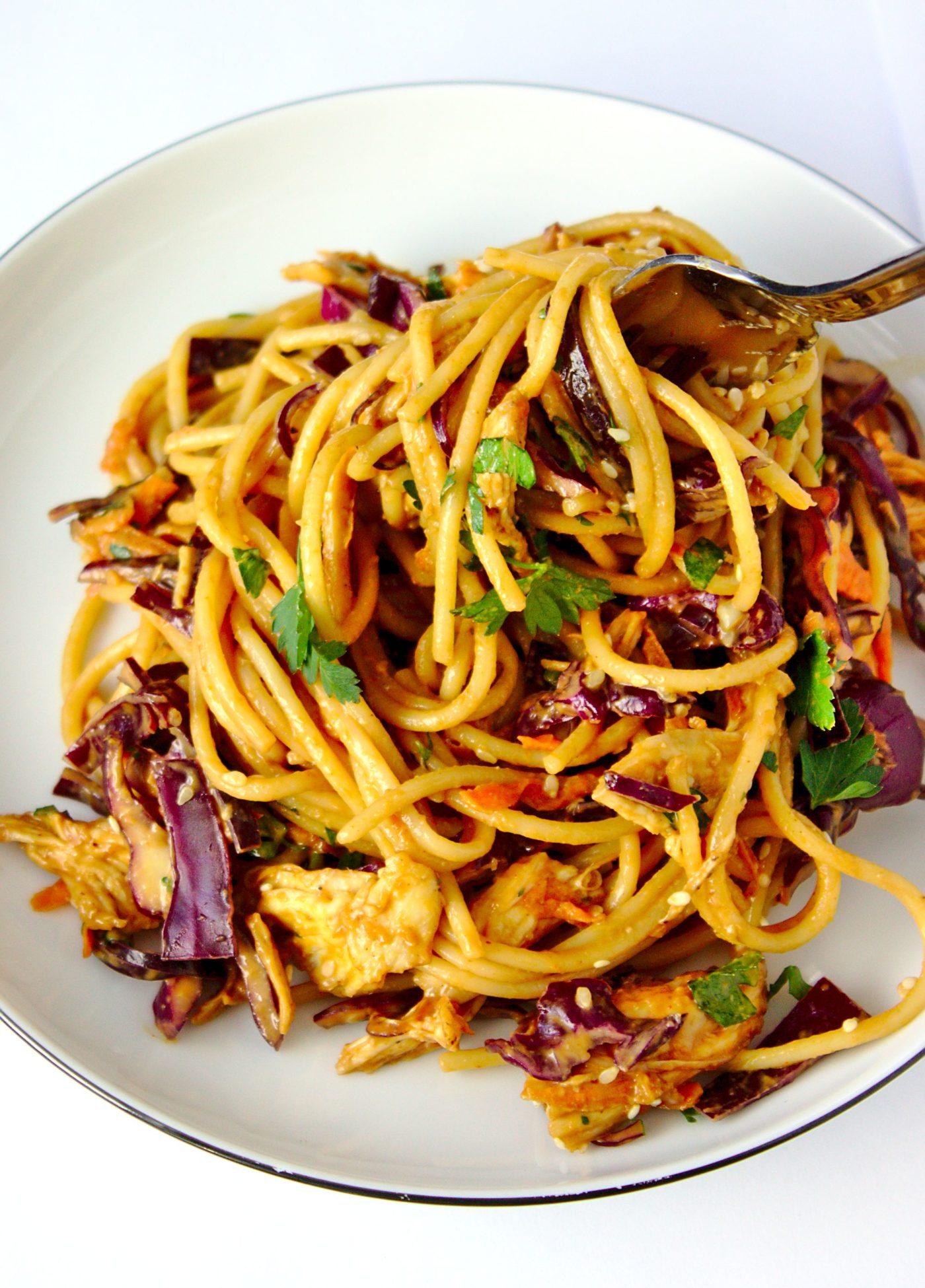 Makaron z kurczakiem po tajsku z sosem słodko-pikantnym. Sałatka makaronowa, posiłek do pracy i szybki obiad na zimno.