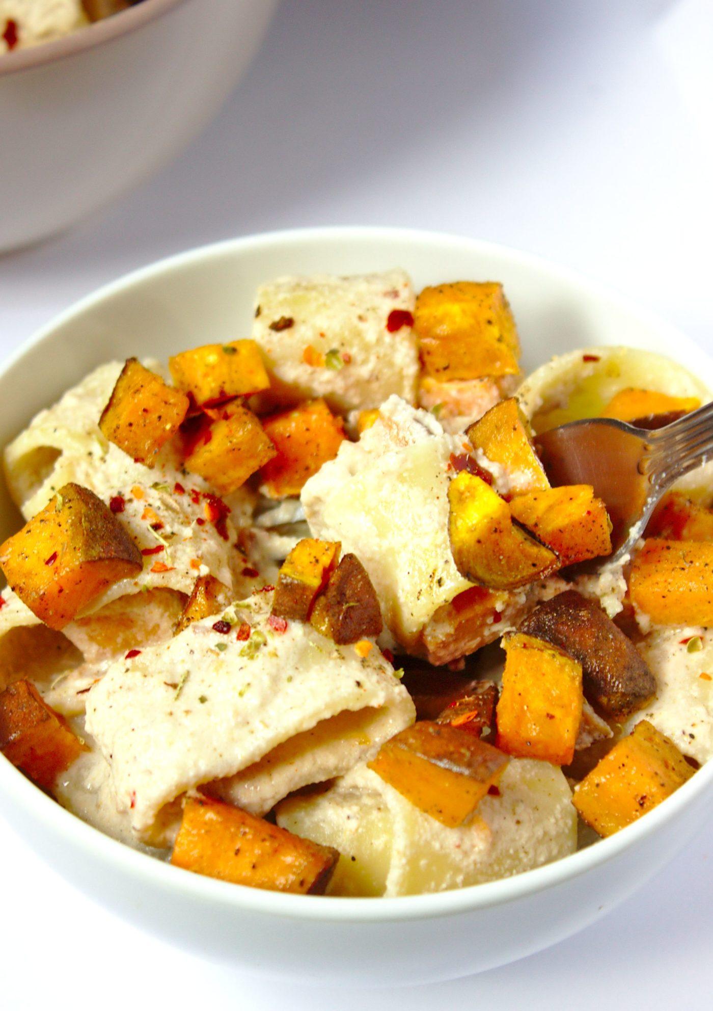 Makaron z wegańskim sosem orzechowym o smaku śmietankowym i pieczonym batatem