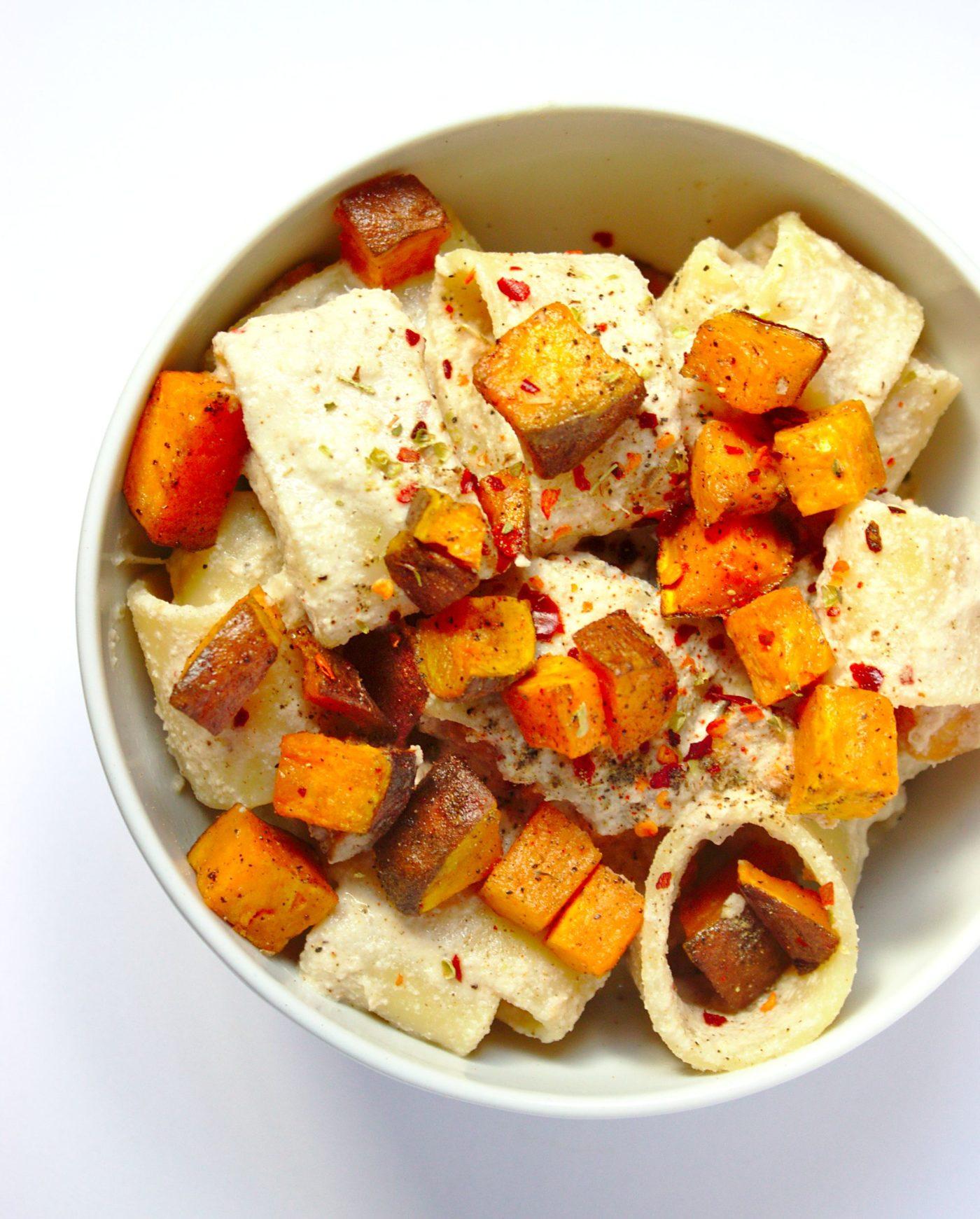 Makaron z wegańskim sosem orzechowym i batatem