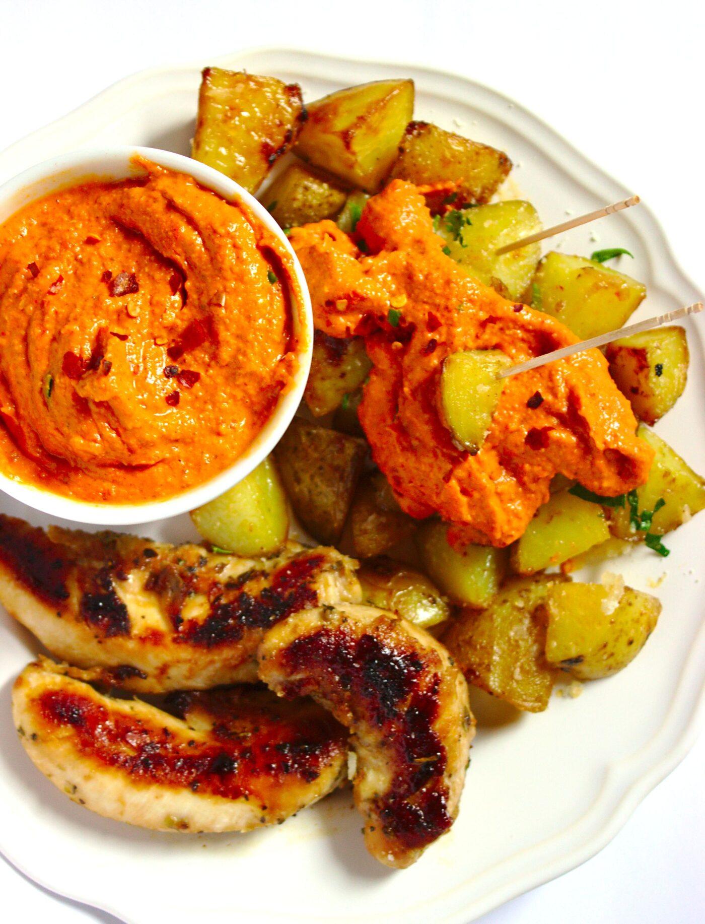 Hiszpański pikantny sos Romesco dla wegan z pieczonymi ziemniakami i kurczakiem