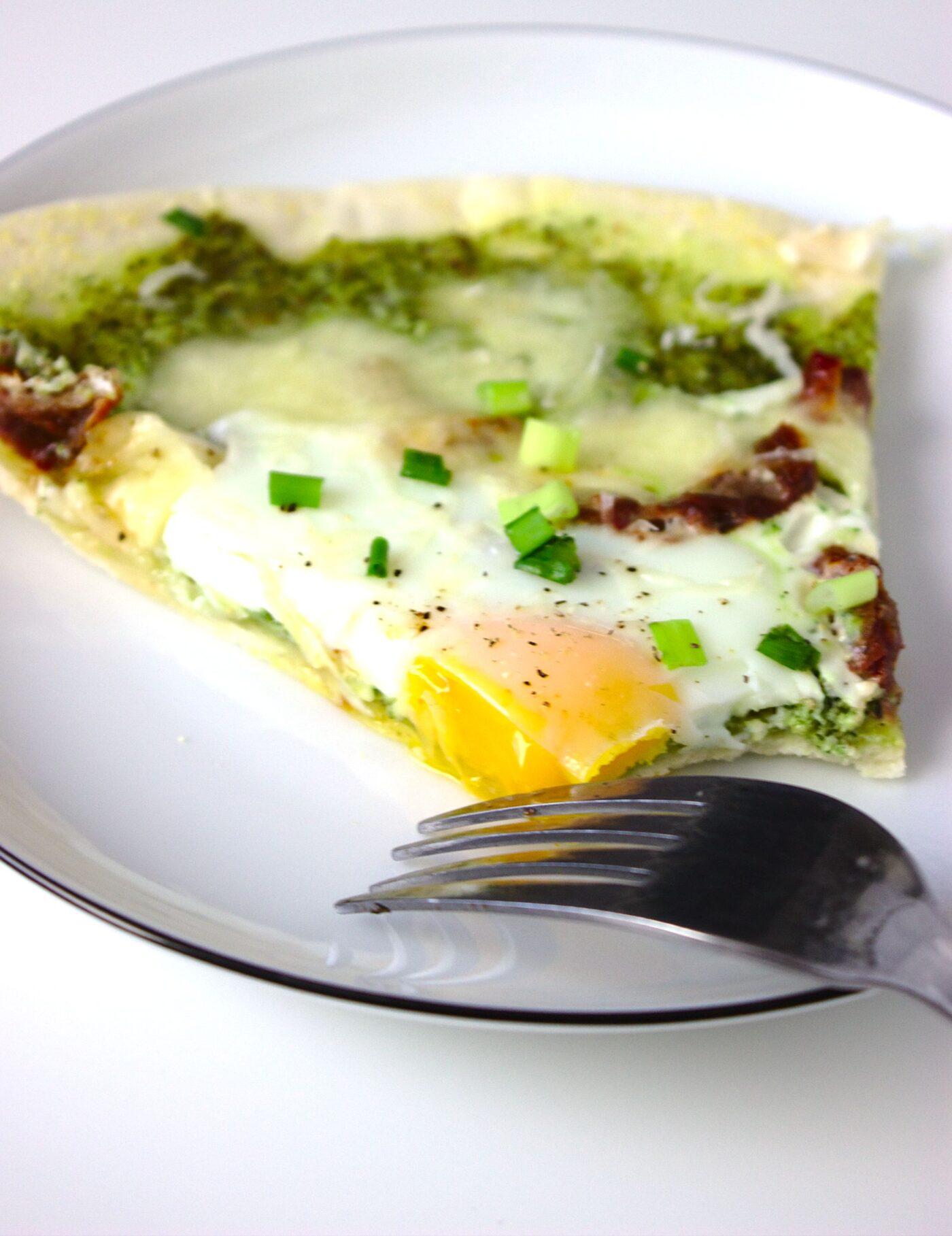 Szybka pizza śniadaniowa z jajkami, pesto, suszonymi pomidorami i mozzarellą