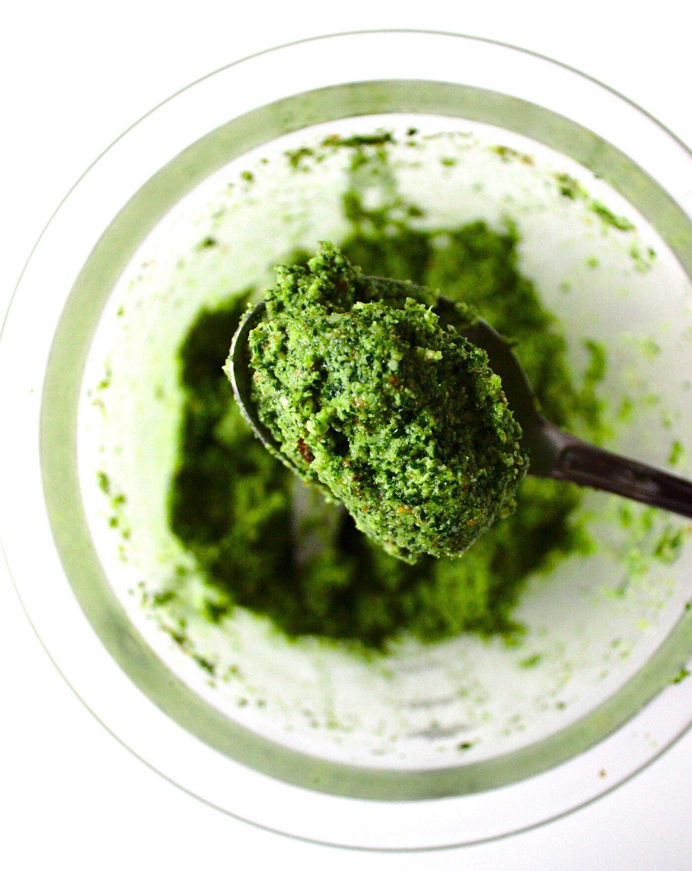 Zdrowe zielone pesto z jarmużu i migdałów.