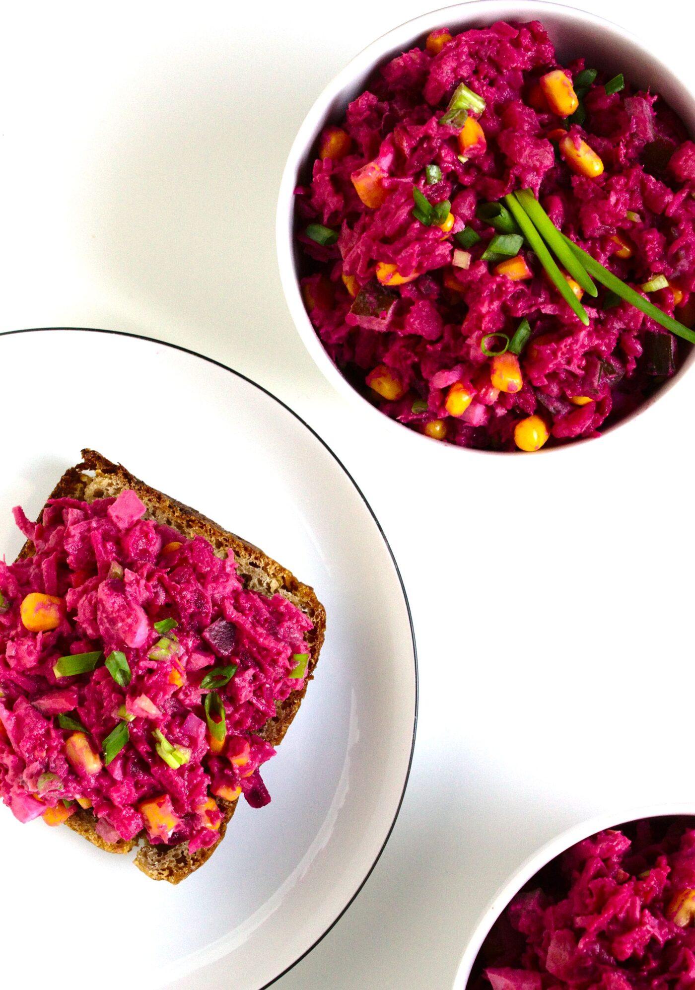 Różowa sałatka z wędzonym łososiem, jajkiem i burakami