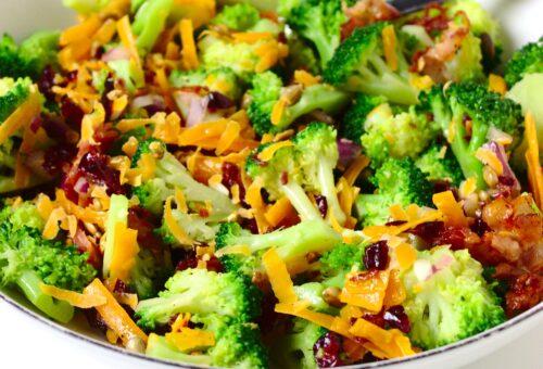 Zdrowa sałatka brokułowa z żurawiną, słonecznikiem i boczkiem, bez majonezu