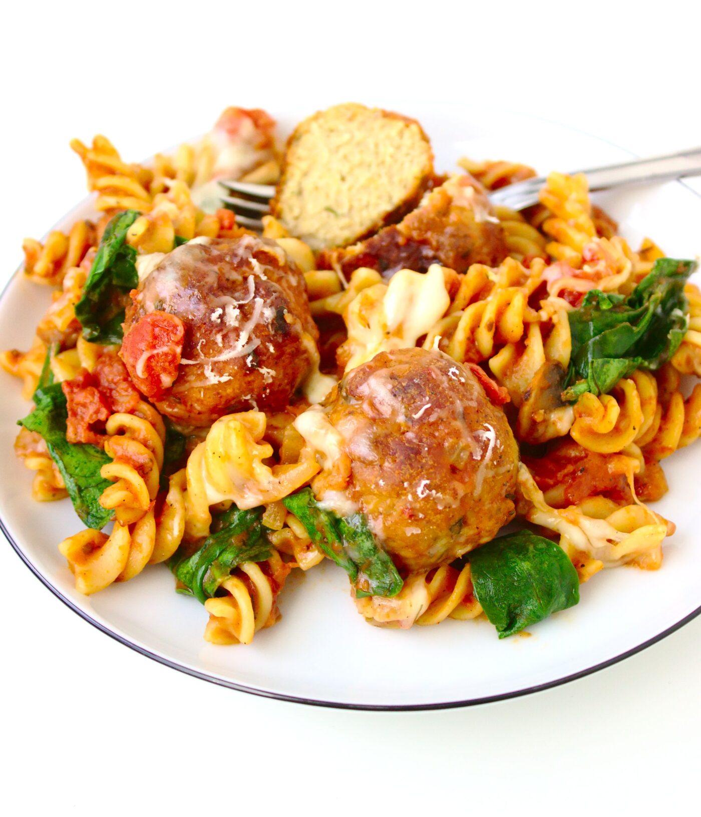 Zapiekanka makaronowa z pulpetami drobiowymi w sosie pomidorowym