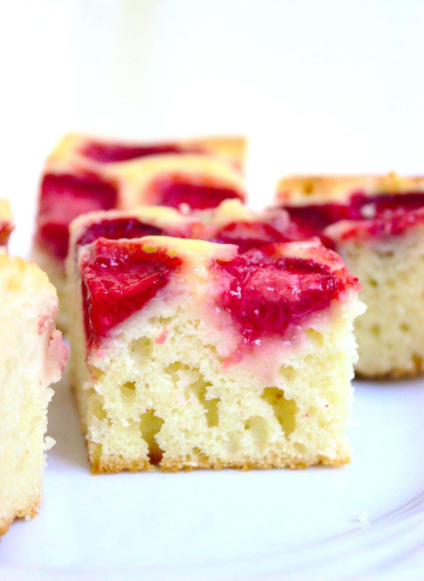 Błyskawiczne ciasto jogurtowe z owocami