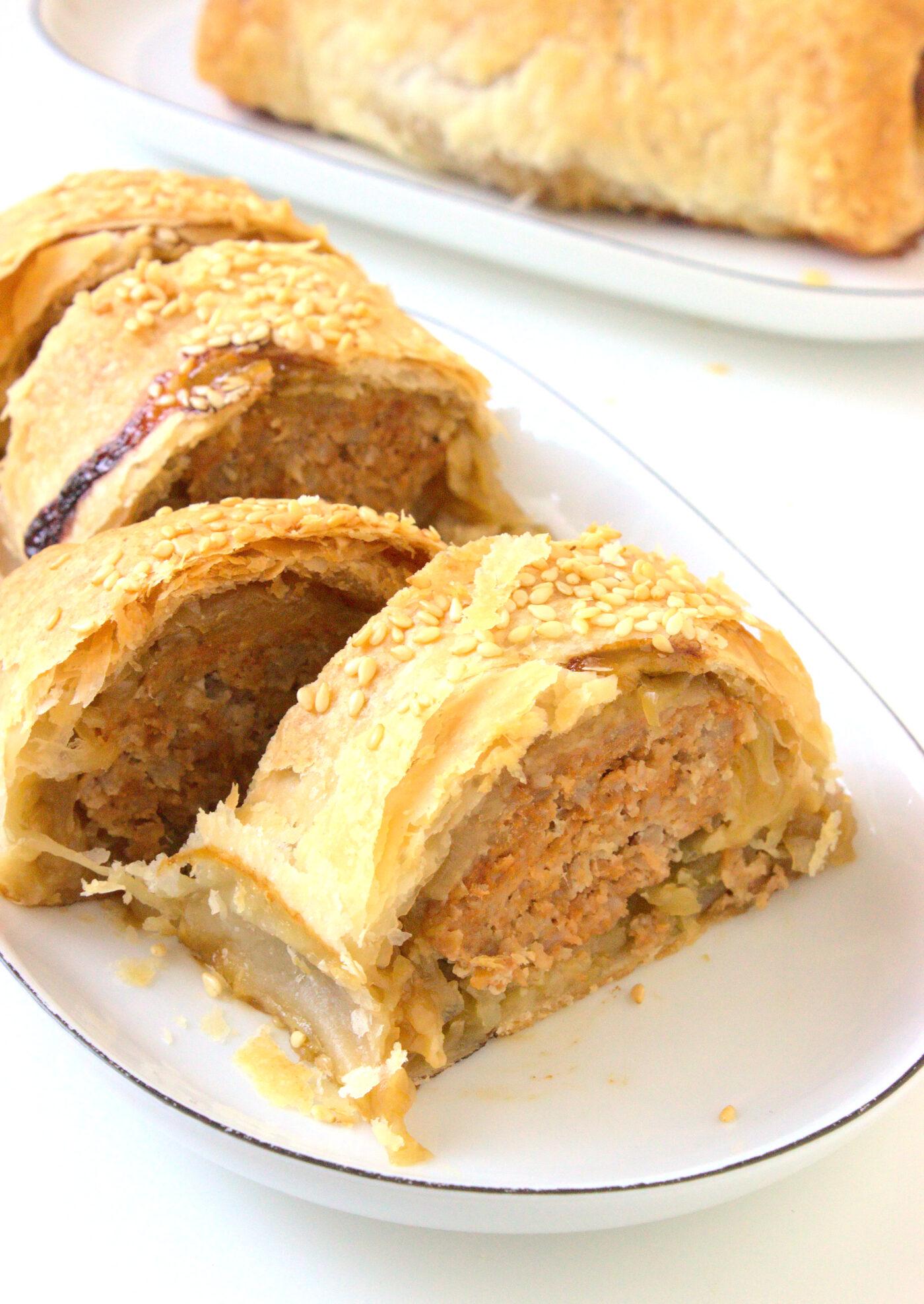 Roladki z ciasta francuskiego z mięsem mielonym i karmelizowaną cebulą