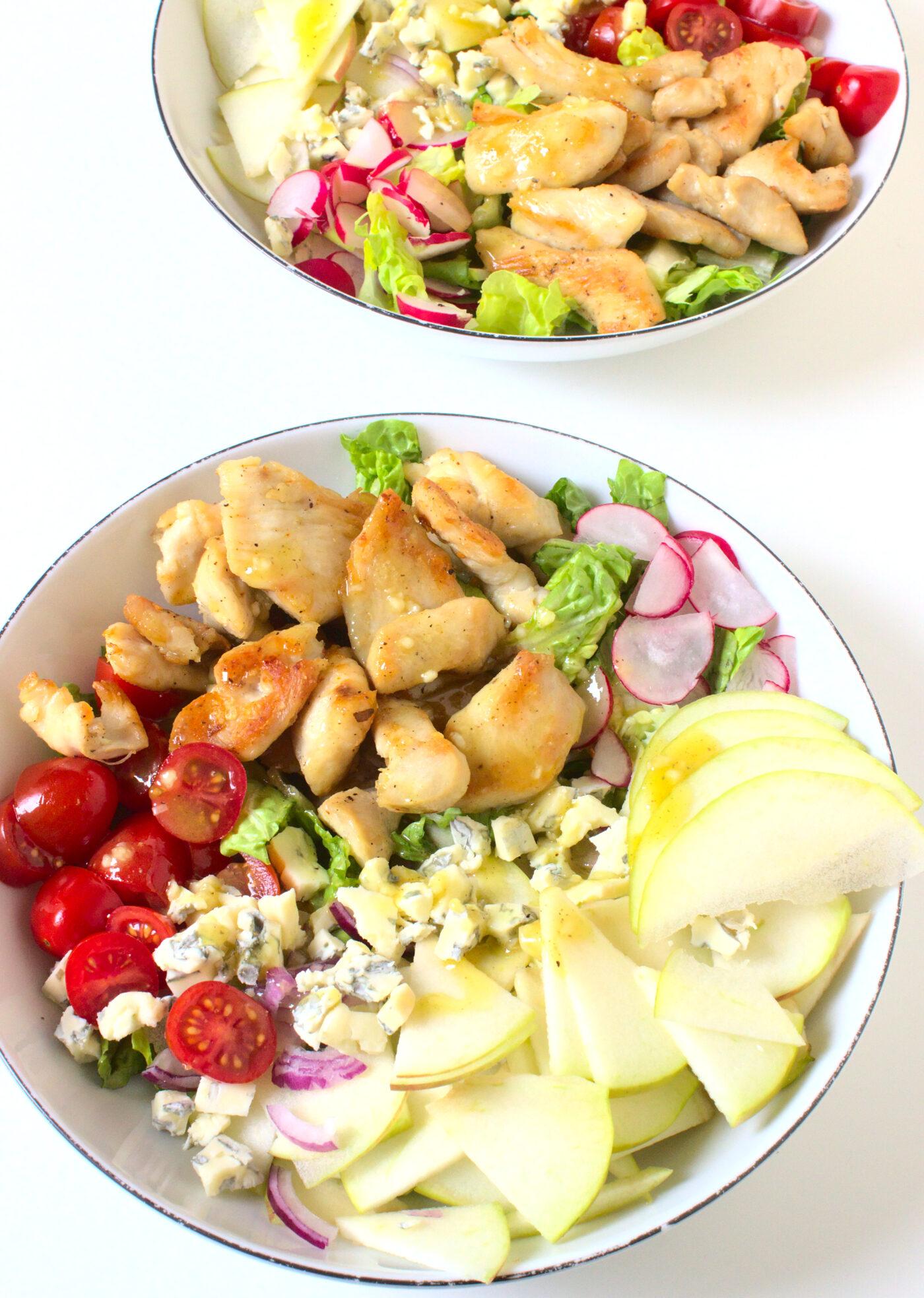 Sałatka z kurczakiem i sosem miodowo-musztardowym